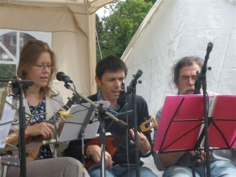 Julia, Simon and Rufus in full strum
