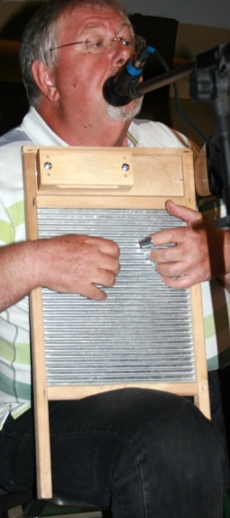 Pratts Bottom 2013 12 - Chris With Washboard